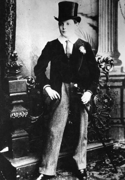 27.  Okul üniformasıyla 14 yaşındaki Winston Churchill (1888)