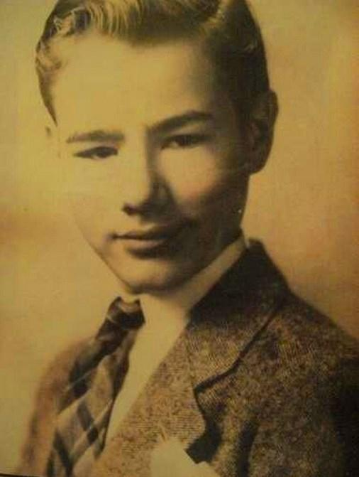 13.  ABD'li ressam ve film yapımcısı Andy Warhol 8 yaşında. (1936)