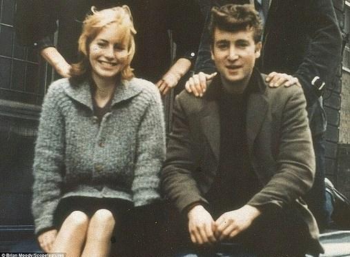 21.  17 yaşındaki John Lennon, o zamanlar sevgilisi olan ilk eşi Cynthia ile birlikte. (1957)