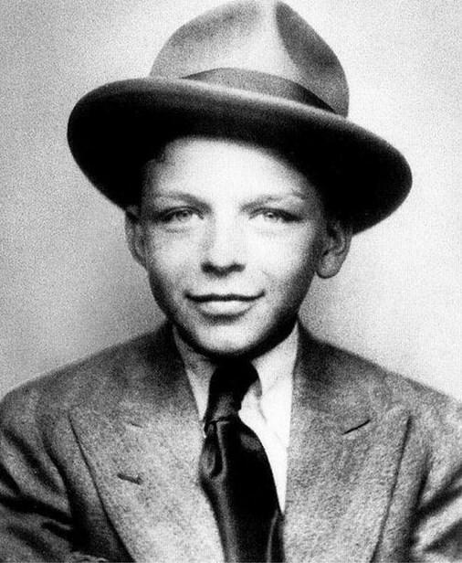 2.  Çok canlar yakacağı çocukluğundan belli olan 10 yaşındaki Frank Sinatra. (1925)