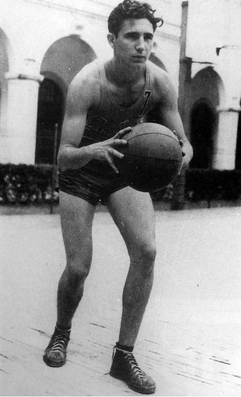 10.  17 yaşındaki Fidel Castro'nun lisesindeki basketbol takımında oynarken. (1943)