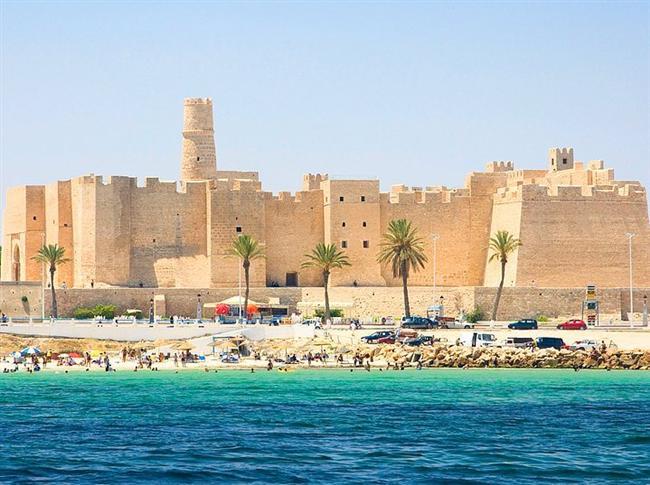 12. Tunus  Pırıl pırıl denizi, enfes sahil şeridi ve palmiyeleriyle bir turizm cenneti olan Tunus keşfedilmeyi bekleyen bir ülke. Denizi ve kumsalları temiz olduğundan yaz tatili için mükemmel bir seçenek.