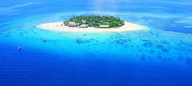 1. Fiji Adaları  Turkuvaz rengi denizi, mercan kayalıkları ve ipeksi kumsallarıyla Bağımsız Fiji Cumhuriyeti, 300 adadan oluşuyor. Su o kadar parlak ve güzel ki, mavinin bütün tonlarına şahit olabilirsiniz. Çıplak ayakla kumsalda yürüyebileceğiniz, ay ışığının aydınlattığı kıyılarda gece denize girebileceğiniz bu adalar, dünya üzerinde güneşin ilk doğduğu yerdir.