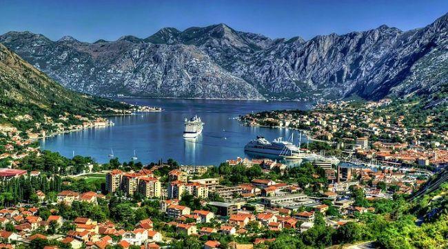 3. Karadağ  Konumu ve tarihi itibariyle yüksek dağlarda milli parklar, deniz kıyısında tarihi kentler, kültürle dolu şehir ve sakin kasabalar gibi birbirinden farklı bölge bulunmaktadır. Başkent Cetinje ve Budva şehirleri mutlaka görülmesi gereken yerlerden. Karadağ'a gitmişken müthiş bir güzellik olan Durmitor Milli Parkı'nı görmeden dönmemelisiniz.
