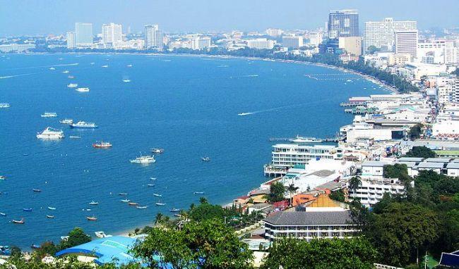 8. Tayland  Tayland, Dünyanın en çok ziyaret edilen ülkelerinden biridir. Buraya gelenlerin büyük bir kısmı Bangkok, Chang Mai, Phuket ve Pattaya'yı tercih etmektedir. Tayland el değmemiş ormanları, tropik iklim, canlı sahiller, ucuz konaklama gibi sınırsız imkanlara sahiptir. Özellikle Bangkok'ta tapınaklar, saraylar ve gece hayatını görüp, yaşamalısınız.