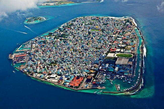 4. Maldivler  1190 mercan adasından oluşan minik yeryüzü cennetidir. Dünyadaki turizm cennetlerinin en güzellerindendir. Gitmek için 30 güne kadar vize gerekmiyor. Ayrıca dünyanın en güvenli yerlerinden biridir. Ülkemizden özellikle çiftler son yıllarda balayı için bu adaları seçmektedir.