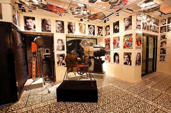 1. Sinema ve Televizyon müzesini gezin  Beyoğlu'nda Galatasaray lisesinin yanındaki Yeni Cami Sokak'ta bulunan bu müze sinema ve özellikle yeşilçam tutkunları için bulunmaz bir nimet.  Girişler 10 lira, Adile Naşit, Kemal Sunal, Ayhan Işık gibi ünlü yeşilçam yıldızlarının heykelleri, bir çok set ekipmanı, fotoğraflar ve türevi nesnelerin olduğu yer.  Pazar günleri gitmeyin, kapalı.