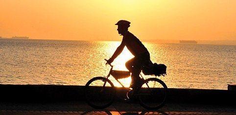 9. Bisiklet turu atın  Caddebostan ile Kartal arasında bir bisiklet turu yapın,   1 saatliği 2 lira olan bisikletlerle birlikte hem spor yapabilir hem de sahili gezerek biraz rutin hayatın girdabından uzaklaşabilirsiniz.