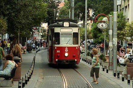 13. Kadıköy'de alternatif müzik dinleyin  Hatun kişiler saçınızı kızıla boyadınız, pirsingi de taktınız  Erkekler de rastayı yaptı, 60'lardan kalma bi kaç şiir ezberledi   ama hala kendinizi eksik hissediyorsunuz  peki şimdi ne yapacaksınız?  Kadıköy'deki bir çok mekanda çıkan Yasemin Mori, Büyük Ev Ablukada, Yüzyüzeyken Konuşuruz, Gaye Su Akyol  ile birlikte olağandan farklı bir müzik ziyafeti çekebilirsiniz.   Demet Akalın ve Serdar Ortaç tarzı müzik dinleyen arkadaşlar bence uğramasın, pek beğenmeyebilirler.