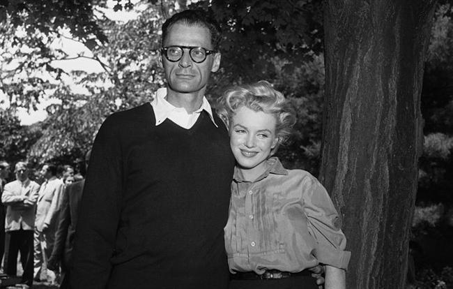10. Üçüncü Evliliğini Arthur Miller İle 1956 Yılında Yaptı.  Joe DiMaggio ile 1 yıl bile sürmeyen evlilik yaşamı, Arthur Miller ile 6 yıl devam etmiştir.