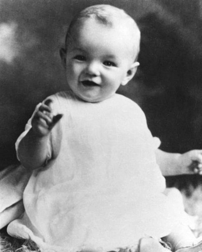 1. Gerçek İsmi Marilyn Monroe Değildi.  Marilyn Monroe olarak tanıdığımız efsanevi aktris, Norma Jeane Mortensen adıyla 1 Haziran 1926'da doğdu.