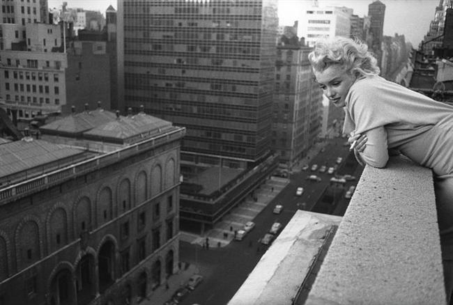 12. Los Angeles'tan Nefret Ederdi.  Marilyn, yaşamı boyunca Los Angeles'tan kurtulup aşık olduğu tek şehir olan New York'a yerleşmeyi hayal etti. New York'ta bir süre yaşadıysa da, burası onun hep geçici evi olarak kaldı.