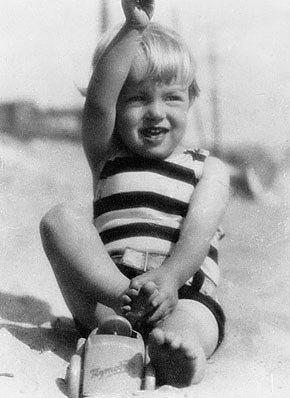 2. Çocukluğunun Bir Kısmını Yetimhanelerde Geçirdi.  1935 yılında Marilyn'in ilk kaldığı yetimhane olan Los Angeles Kimsesizler Yurdu, 1956'da yeniden inşa edilmiş olup; Hollygrove Kimsesizler Yurdu olarak halen hizmet vermektedir.