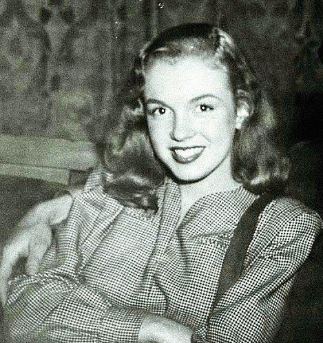 """5. İsmini Marilyn Monroe Olarak 20 Yaşındayken Değiştirdi.  20th Century Fox tarafından ismi fazlasıyla uzun ve telaffuzu zor bulunduğundan dolayı, sahne ismi Marilyn Monroe olarak değiştirilmiştir. Marilyn isminden önceleri pek memnun olmayan hatta """"Marilyn nasıl yazılıyor onu bile bilmiyorum"""" dediği bilinen aktris, isminin Monroe kısmını annesinin kızlık soyadı olması nedeniyle kendisi seçmiştir."""