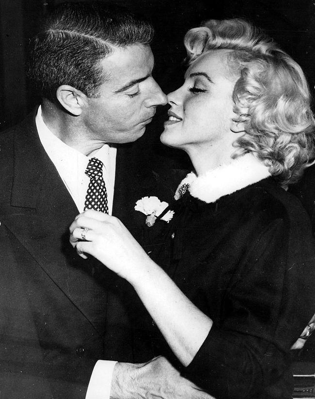 8. İkinci Evliliğini 1954 Yılında Joe DiMaggio İle Yaptı.  Joe DiMaggio, Marilyn'in kariyerini onaylamıyor; eşinin çalışmamasını tercih ettiğini çok sık dile getiriyordu.