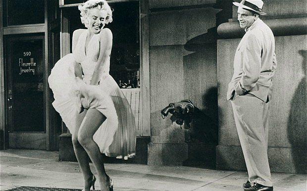 9. The Seven Year Itch Filmindeki Meşhur Sahne Yüzünden Şiddet Gördü.  Yaz Bekarı olarak bilinen The Seven Year Itch filmindeki meşhur fan sahnesinin çekiminde sette o kadar fazla ışık vardı ki, Marilyn'in elbisesi vücudunu örtmekte yetersiz kaldı. Sete gelen eşi Joe DiMaggio bu duruma çok öfkelendi ve aynı akşam Marilyn'e şiddet uyguladı.