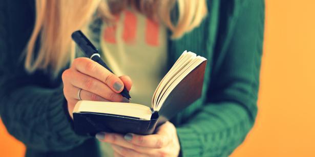 Doktorlar sizi mutlu eden şeyleri hatırlamanız için sizi mutlu eden şeyleri bir deftere yazmanızı öneriyor. Bunları okudukça sizi neyin mutlu ettiğini daha iyi bulabilirsiniz.