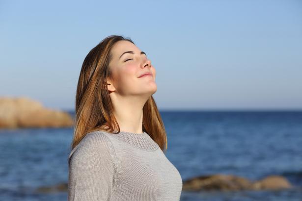 Nefes alıp vermenin önemini mutlaka kavrayın. Derin nefes alıp vermek, nefes yolunuzu açacak ve daha çok enerji almanızı sağlayacaktır. Her saat üç ya da dört kere derin nefes alıp verin.