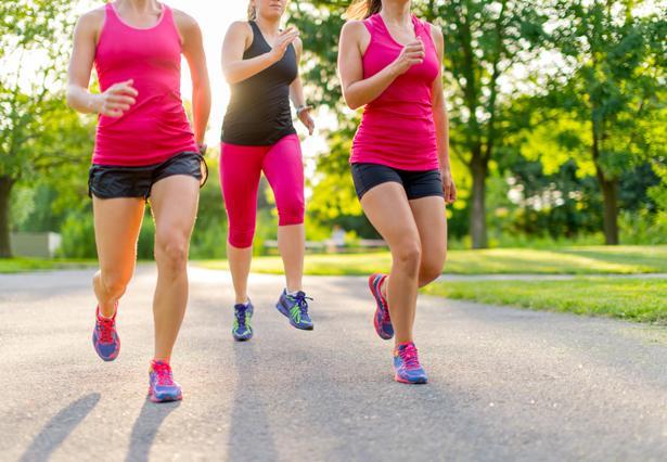Adımlarınızı artırın. Daha fazla yürüyüş yapın, bol bol merdiven çıkın. Olabildiğince hareketli olmaya özen gösterirseniz, kanın hızlı hareket etmesini, kaslara ve organlara giden oksijenin artmasını sağlarsınız. Bu da sizi rahatlatacaktır.