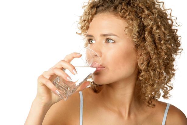 Günde 2 ya da 3 litre su içmelisiniz. Harvard Üniversitesi'nde yapılan araştırmaya göre bu oranlarda su içmek dayanıklılığı artırıyor, stresin azalmasına yardımcı oluyor. Ancak aklınızda bulunsun; fazlası da zararlı.