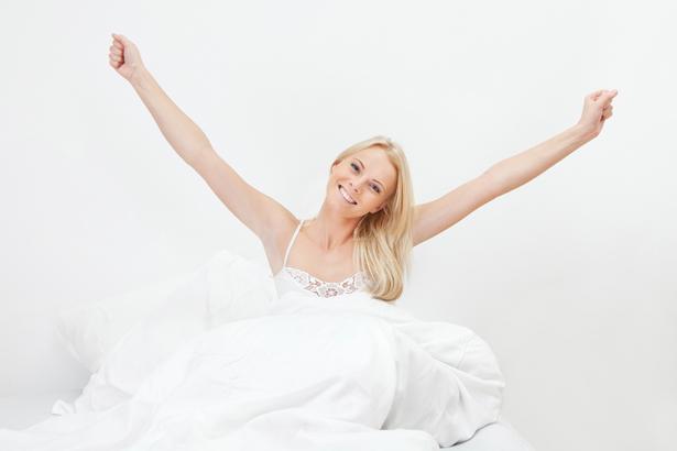 Kaslarınızı hissederek enerji sağlayın. Mesela iki elinizi göğüs hizasında birleştirin ve birbirine doğru itin. Ardından başınızın üstüne kaldırın ve bunu 5-10 defa tekrarlayın.