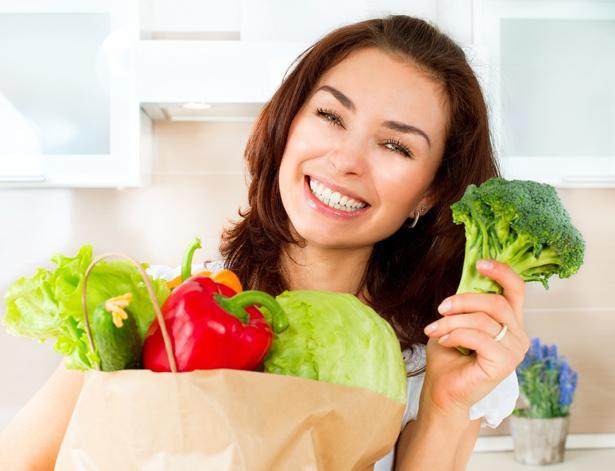 Yapılan araştırmalara göre her dört kadından birinde demir seviyesinin düşük olduğu belirlenmiş. Bu da yorgunluk ve halsizlik yaratır. Bu yüzden daha fazla demir içeren yeşil sebze, kurutulmuş meyve ve tahıl gevreklerinden bolca tüketmelisiniz.