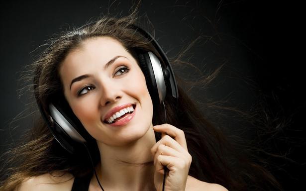 Yapılan araştırmalara göre en sevdiğiniz müzikleri dinlemek stresi hafifletiyor ve yorgunlukla daha rahat savaşmamızı sağlıyor.