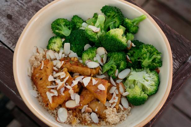 Yiyeceklerdeki enerjinin hızlı emilimini sağlayan Co-enzim Q10, vücudun ürettiği bir antioksidandır. Bu enzimin oluşmasını sağlayan yiyeceklere de brokoli, kahverengi şeker, kepekli ürünler, soya ve fındıktır.