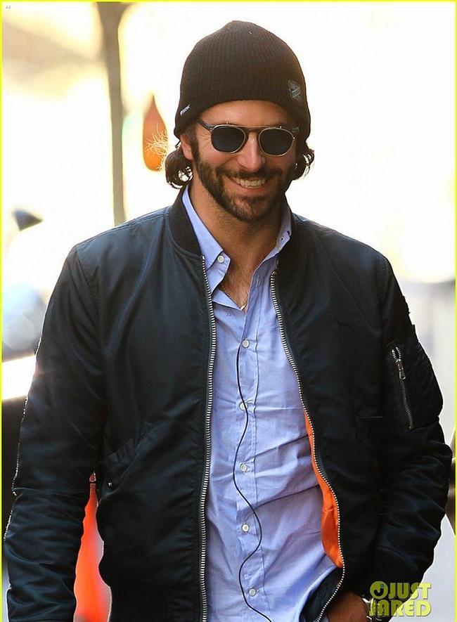 4. Bradley Cooper  Ah o can alıcı gülüşü yok mu ahh. Ayrıca kendisi yaşayan en seksi erkek de seçilmiştir ki sonuna kadar öyle :)