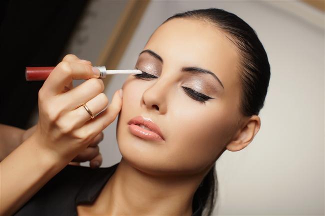 5- Siyah eyeliner ve siyah rimel  Siyah renkteki düzgün çekilmiş bir eyeliner ve siyah bir rimel gözlerinizi vurgulayacak ve mükemmel bakışlar elde etmenizi sağlayacaktır. Bu avantajı fotoğraf çektirirken mutlaka kullanın.