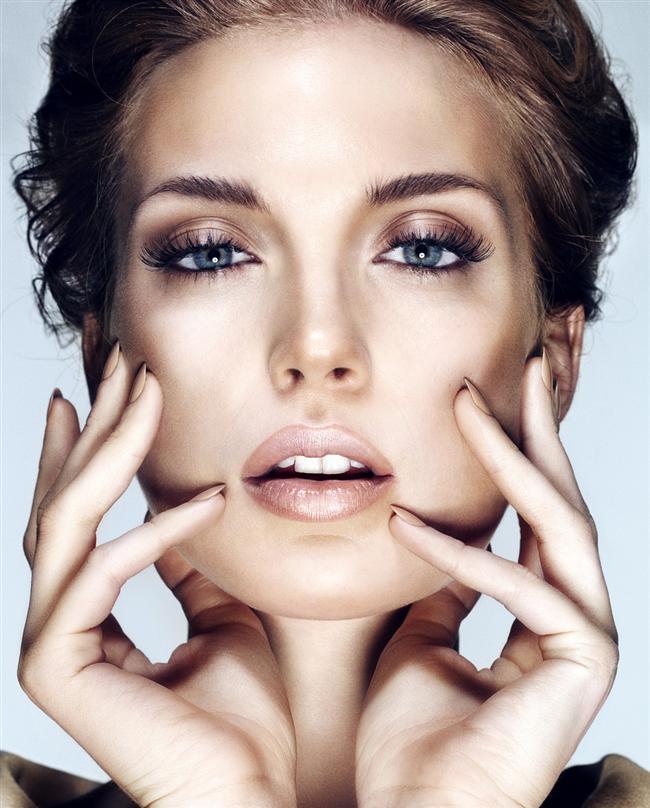 9- Hatları belirginleştirin  Resimlerde güzel çıkmak için yüz hatlarını daha da belirgin hale getirin. Örneğin; burnunuzun her iki tarafına, yanaklarınızın altına, elmacık kemiklerinize ve çenenizin altına bronzlaştırıcı ya da teninizden iki ton daha koyu bir pudra uygulayın. Işığın isabet edeceği bölgeler olan yanak, burun kemiği ve alın kısmına daha açık tona bir makyaj uygulayın.