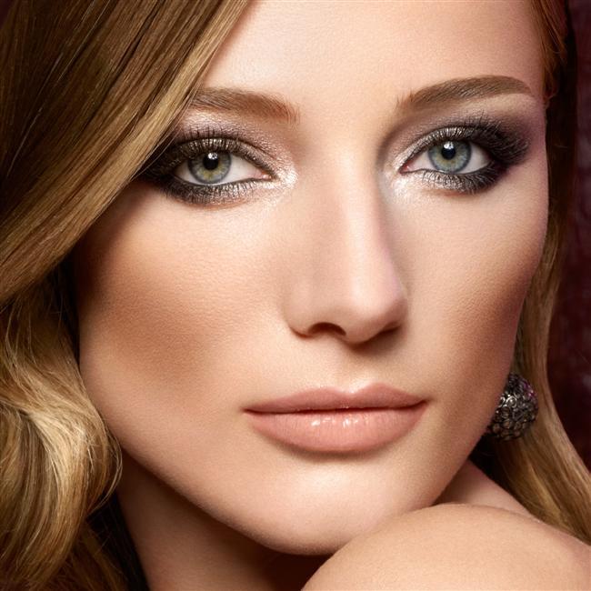 10- Işıl ışıl gözler  Gözlerinizdeki kırmızı çizgilerden kurtulmak ve daha parlak bir göz için göz damlası kullanın. Kan çanağı gözler güzel bir resmi berbat edebilir. Ayrıca göz pınarlarının olduğu bölgeye süreceğiniz hafif bir beyaz gölge daha net bakışlar elde etmenizi sağlayacaktır.   Kaynak: 1001kadin
