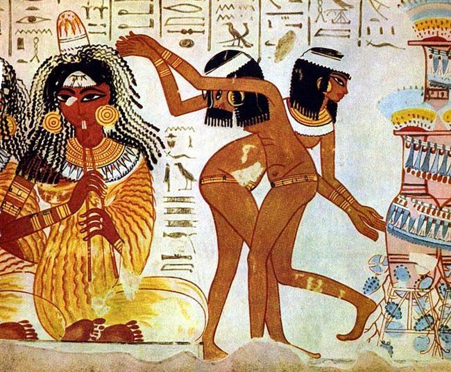 Antik Mısır'da Yahudi köleler yoktu  Dilden dile yayılan en önemli hikayelerden biri Yahudi kölelerin Hz. Musa öncülüğünde Mısır'a başkaldırarak buradan kaçtığıdır.  Ancak ortada bir sorun var. Son derece sistematik bir arşiv düzenine ve kayıt sistemine sahip olan Antik Mısır kaynaklarında böyle bir olayın tek bir izi bile yok. Küçücük bedevi kabilelerin bile hareketlerini kaydeden ve bunları arşivleyen Mısır devleti her nedense 600 bin insanın isyan ederek Mısır'dan kaçıp çöllerde yürüdüğünü kaydetmemişe benziyor.   Dahası Mısır'da piramitleri de köleler yapmadı. Mısır'da piramitlerde çalışanlar köle değil, maaşlı işçilerdi ve asgari ücretten, sağlık olanaklarına kadar bir çok hakları vardı. Toplumda köleler de vardı kuşkusuz ama bunlar etnik kökenleri sebebiyle köle yapılmış kabileler değil, borç yüzünden köle statüsüne düşmüş vatandaşlar ile savaşlarda köle olarak tutsak alınan insanlardan ibaretti. Yani Mısır'da Yahudiler köle değildi.