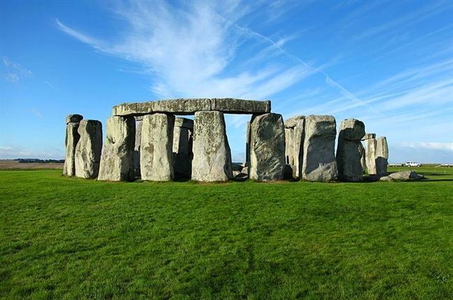 Stonehenge önemli bir merkezdi  İngiltere'de bulunan Stonehenge bir çok insanın dikkatini çekiyor. Spiritualizm ile hemhal olanlar buraya büyük anlamlar yüklerken, bilim insanları da bu yapının sırlarını çözmek, nasıl bir topluma ışık tuttuğunu bulmak için vakitlerini harcıyor.   2014 yılında bir grup bilim insanı bölgede yaptıkları araştırmada önemli sonuçlara ulaştı. Buna göre Stonehenge bölgedeki tek yapı değildi. Arazi küçük ibadet yerleri, mezarlıklar ve türbelerle doluydu. Başka bulgular bölgenin bir çok kabilenin bir araya geldiği bir buluşma noktası olduğunu gösterdi. İnsanlar burada bir araya geliyor, birlikte dini ritüellerini ifa ediyor hatta ticaret yapıyordu. Yani Stonehenge bir anıt değildi, bayağı kalabalık bir buluşma noktasıydı.