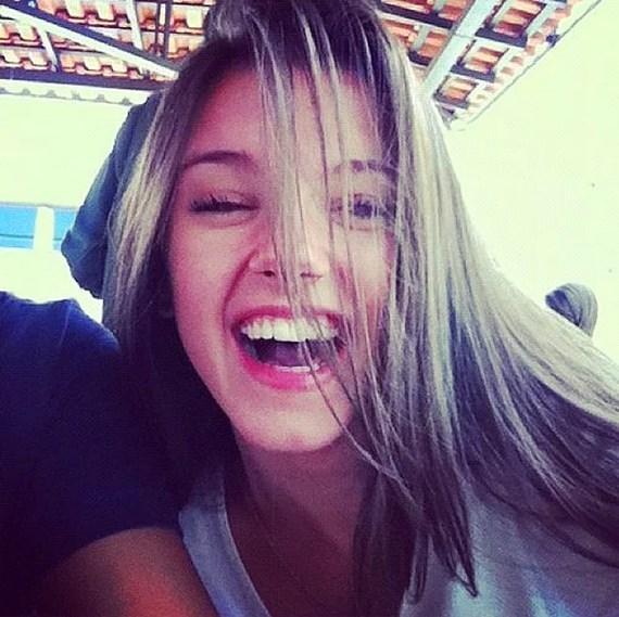 9. Hayatın gülünce daha güzel olduğunu kanıtlayın. Kahkahalara boğulun. Mutlu değilseniz bile olun! Kimse karamsar birini takip etmez.