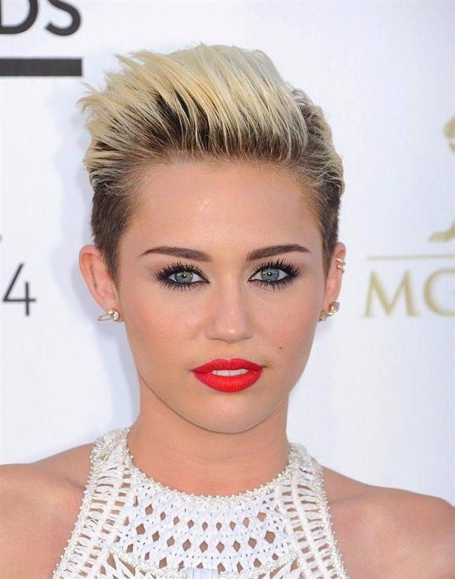 Miley Cyrus  Hakkında birçok iddia var. Ancak en akıl almaz olanı, Cyrus'un bundan birkaç yıl önce, geçirdiği bir kalp krizi sonucunda öldüğü ve yerine bir benzerinin geçirildiği yönünde.