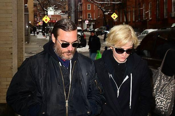 Joaquin Phoenix & Allie Teilz  2013 yılında Teilz ile ilişkiye başladığında Joaquin Phoenix tam 38 yaşındaydı. Teilz ise rivayetlere göre henüz 18 yaşına basmıştı.