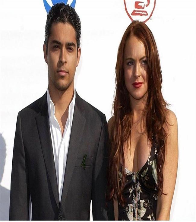 Lindsay Lohan & Wilmer Valderrama  Birlikteliklerini ilan ettiklerinde Lohan henüz 17 yaşındaydı. Zaten çift Lohan'ın 18. yaş gününden sonra da, çift birlikte yaşamaya başlamıştı.