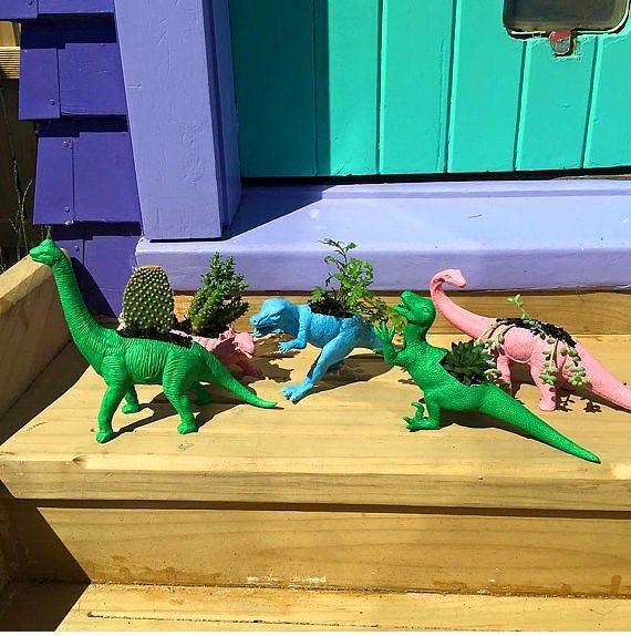 Çocuklar büyüdü oyuncaklar her yerde.  Aman atmayın eski hayvanlı oyuncakları! Tam ortalarını oyup minik bitkileriniz için orijinal saksılar yapabilirsiniz.