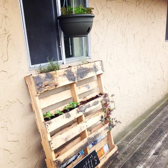 Tahta bloklar ne yapılır ki?  Genelde büyük marketlerde pazarlarda köşelere atılan bu tahta blokların geniş aralarını değerlendirebilirsiniz. Balkonunuzu kirlenmeden renklendirmenin en güzel yolu. Hem tahta blokları boyayarak dekorasyonunuzu farklılaştırabilirsiniz.