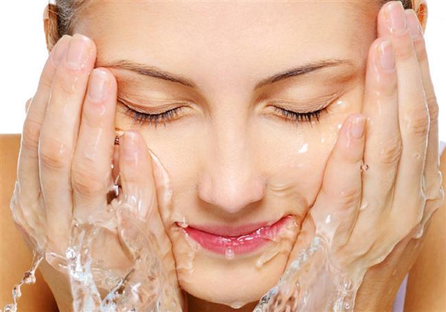 Yüzünüzü ne kadar çok yıkarsanız o kadar iyi  Zararı:  Sürekli cilt temizliği cildin doğal dengesini bozar.  Yöntem:  Cildinizi her aklınıza geldiği zaman değil, gerektiği zaman temizlemelisiniz!