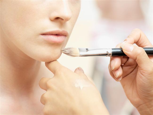 Yüzünüze uyguladığınız ürünü boynunuza uygulamamak  Zararı:  Yüzünüze uygulayıp boynunuza uygulamadığınız her şey yaşlanma izlerinin en hızlı görüldüğü yerlerden birisi olan bu bölgeyi kötü etkiler. Güneş koruyucu ya da besleyici bakım maskelerinin uygulanmadığı boyun daha hızlı yaşlanır. Ayrıca yapılan makyaj, bu bölgeye uygulanmadığında yüzünüzde maske gibi duracaktır.  Yöntem:  Kısa ve net: Yüzünüze uyguladığınız her şeyi boynunuza da uygulayın
