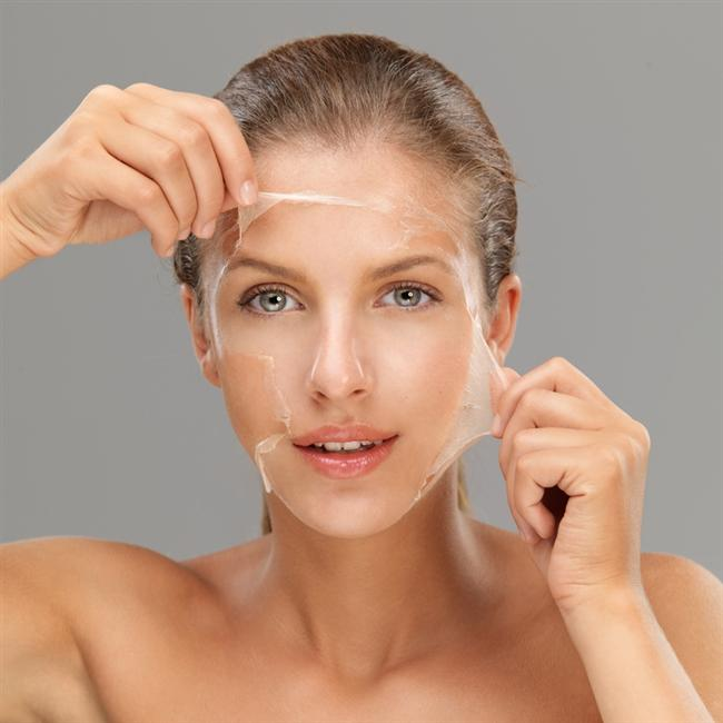 Cildinize her gün ya da aynı gün içinde birden fazla peeling yapmak  Zararı:  Ölü hücrelerden cildi arındırmak için yararlı olan peeling işleminin de fazlası zarar! Fazla peeling uygulaması, cildin doğal koruyucu lipid yağ bariyerini ortadan kaldırır ve cildin doğal yapısını bozar.  Yöntem:  Cilde her gün peeling yapmak yerine gün aşırı peeling uygulayın. Aynı gün içerisinde birden fazla kez yapmayın. Ayrıca yüzünüzü aşırı ovalama gerektirmeden ölü hücrelerden arındıracak temizleyici jeller tercih edin.