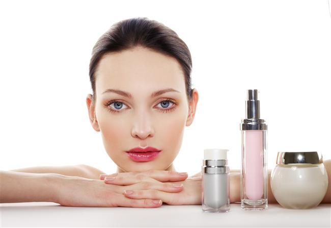 Kullandığınız cilt ürünlerini sürekli değiştirmek  Zararı:  Sürekli kullandığınız ürünü, etkinliğini yitirdiğini düşünerek değiştirmek isteyebilirsiniz. Ancak cildiniz deneme tahtası değildir ve ihtiyaçları doğrultusunda değişikliğe gitmelisiniz.  Yöntem:  Cilt ürünlerinizi, cildinizin dönemsel gereksinimlerine göre değiştirmelisiniz. Örneğin baharda cildiniz kuruyorsa, nemlendirici özelliği daha yoğun bir nemlendirici kullanmalısınız.