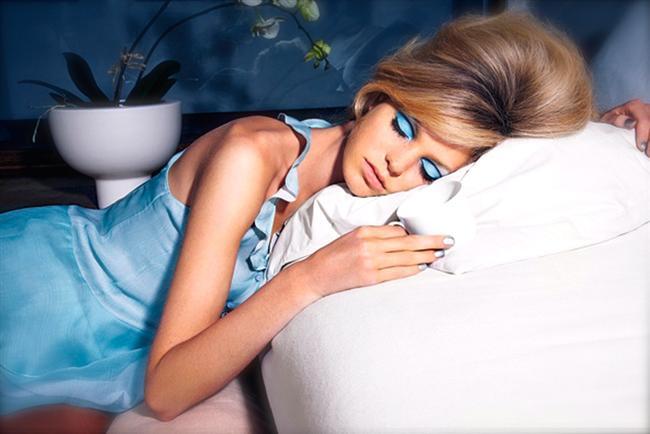 Makyajı temizlemeden uyumak  Zararı:  Tüm gün nefes almayan cildinizin tek nefes alacağı zamanda gözeneklerin tıkalı olması, ona yapacağınız en büyük kötülüktür. Dinlenmemiş cilt ertesi gün oldukça mat ve yorgun görünecektir.  Yöntem:  Her ne olursa olsun yüzünüzü temizleyin. Diyelim ki gerçekten buna haliniz yok, baş ucunuza yerleştireceğiniz bir makyaj temizleme mendili de durumu idare edebilir.