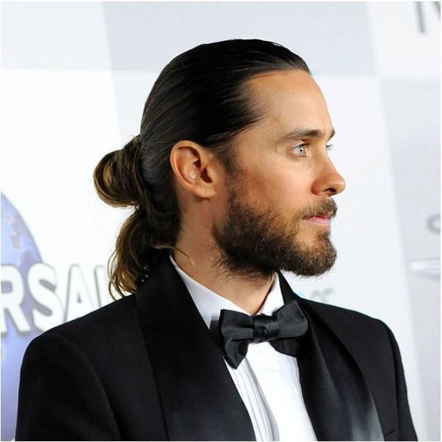 Uzun saçın erkeğe yakışmadığını kim söylemiş? Buyurun içinizi baştan aşağı titretecek sakal ve topuz kombinleri.