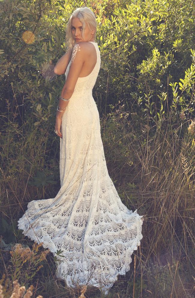 Kır düğünlerinde ve sahil konseptli düğünlerde genellikle marjinal gelinler tarafından tercih edilen hippi gelinlik modelleri bu sezon da trendler arasında.