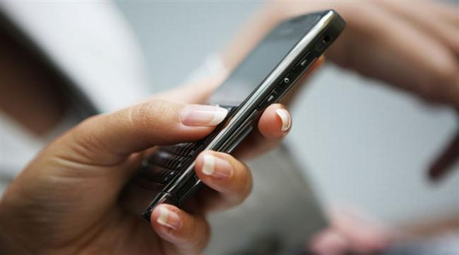 Yanında olabileceği muhtemel arkadaşlarına sebepsiz yere mesajlar yağdırmak  Telefon rehberini açıp yanında olabileceği muhtemel arkadaşları gözünüze kestirdiniz. Belki de aylardır konuşmadığınız ortak arkadaşlarınıza durup dururken 'Naber :)' mesajları göndermek bir süre sonra foyanızı kabak gibi ortaya çıkartır; bizden söylemesi.