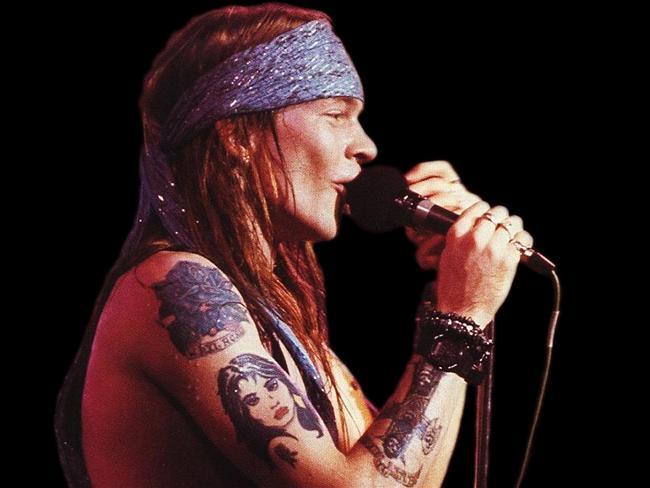 Axl Rose  Axl'ı listemize sokan şey, 'M' harfinin uğursuzluk getirdiğine inanması. Bu yüzden baş harfi 'M' olan birçok şehirdeki konseri iptal etmiş. Bu açıdan bakarsak, Slash'ın yola Myles Kennedy ile devam etmesi de, kaderin kötü bir oyunu olsa gerek. Ya da Slash'ın haklı intikamı...