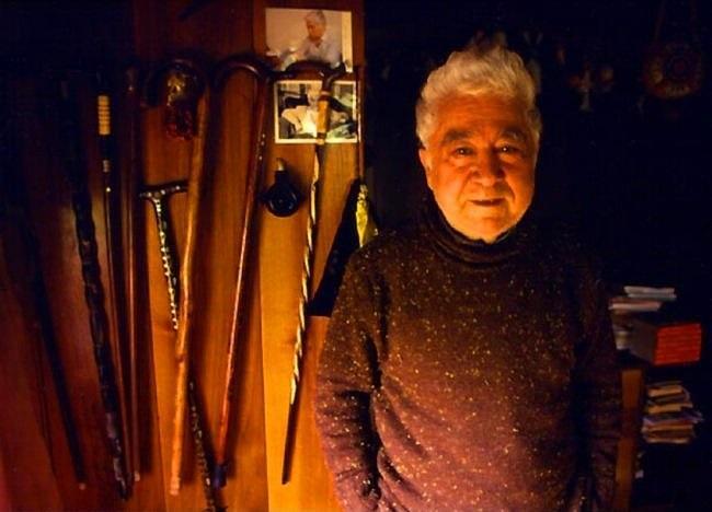 Türk Edebiyatı'nın güçlü kalemi Aziz Nesin 20 Aralık günü Heybeliada'da doğdu. Mizah, kısa öykü, tiyatro ve şiir gibi alanlarda pek çok eser veren Nesin, eserleri yabancı dile çevrilen yazarların içerisinde çok önemli bir yere sahiptir.   Siyasi olarak da aktif olan Aziz Nesin, Madımak'ta gerçekleşen olaylarda oldukça zor zamanlar yaşadı. Yaşamının son günlerini Çeşme'de geçiren büyük usta kalp krizinden hayatını kaybetti. 6 Temmuz günü aramızdan ayrılan Nesin gerisinde birçok ses ve söz bıraktı...  Bahse girerim yarın bir yobaz çıkıp, tuvalete gitmek günah diye fetva verse, tuvalete gitmeyecek ve altına yapacak o kadar öküz var ki bu ülkede.